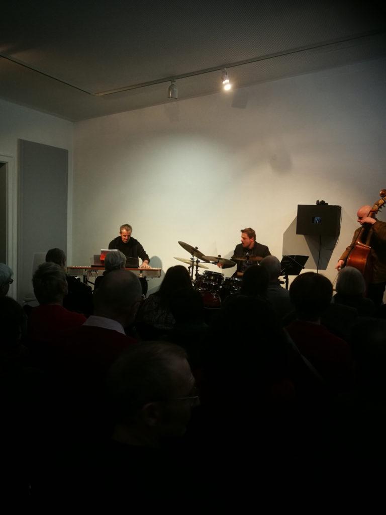 """MichaelArmannTrio, Jazzkonzert im Kallmann Museum Ismaning zur Buchpräsentation """"blurred memory"""" von Doris M. Würgert"""